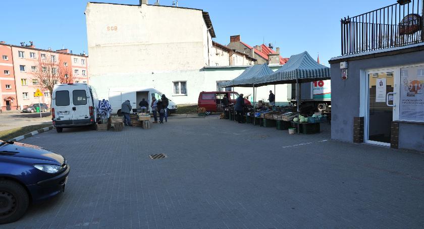 Administracja, Koniec targowania koło Biedronki - zdjęcie, fotografia