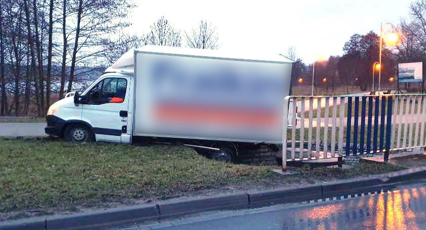 Wypadki drogowe, Samochód dostawczy wypadł drogi - zdjęcie, fotografia