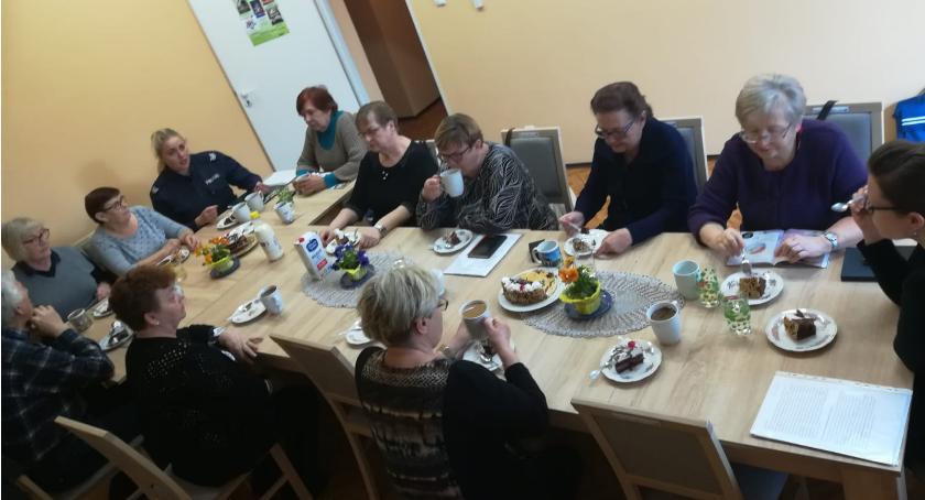 Policja - komunikaty i akcje, Dzielnicowa spotkała seniorami - zdjęcie, fotografia