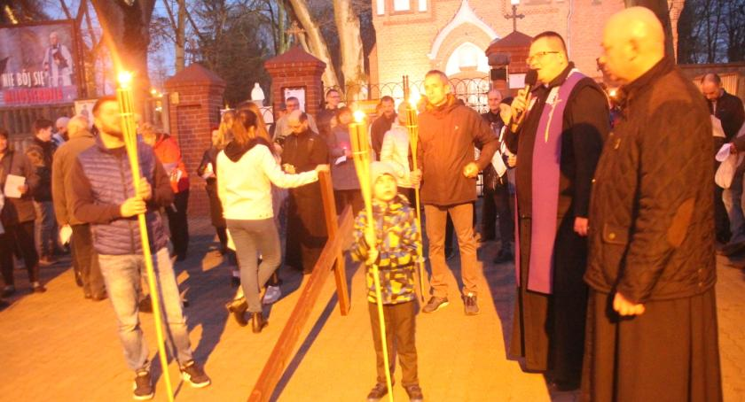 Kościół, Złotowianie nieśli krzyż - zdjęcie, fotografia