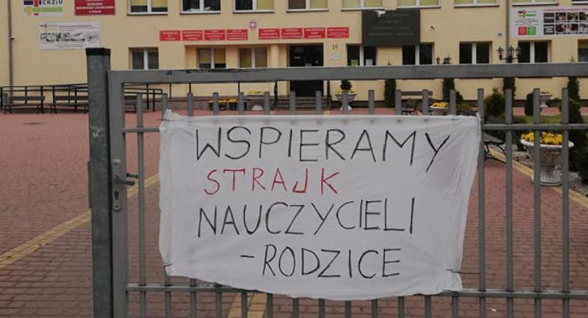 Edukacja, Absolwenci rodzice solidarni strajkującymi nauczycielami - zdjęcie, fotografia