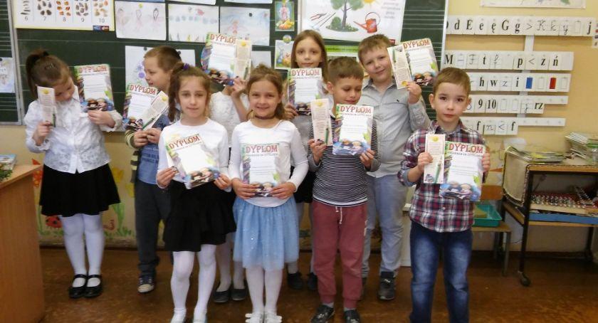 Edukacja, czytelnicy szkolnej biblioteki - zdjęcie, fotografia