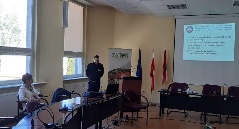 Policja - komunikaty i akcje, Policjanci szkolili pracowników administracji samorządowej urzędu miasta Złotowie - zdjęcie, fotografia