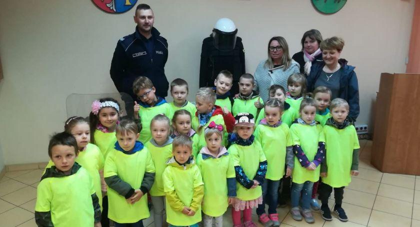 Policja - komunikaty i akcje, Wizyta przedszkolaków złotowskiej komendzie - zdjęcie, fotografia