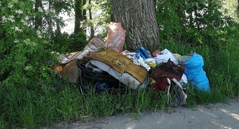Samorządowcy, zostawił śmieci drodze - zdjęcie, fotografia