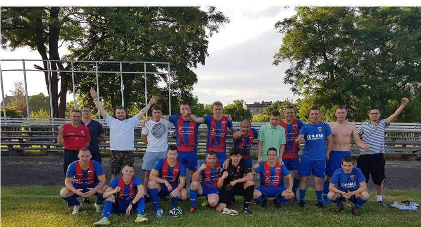 Piłka nożna, Seniorzy Sparty Złotów dalej lidze międzyokręgowej - zdjęcie, fotografia
