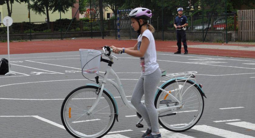 Edukacja, Uczniowie Jedynki zdają egzaminy kartę rowerową - zdjęcie, fotografia