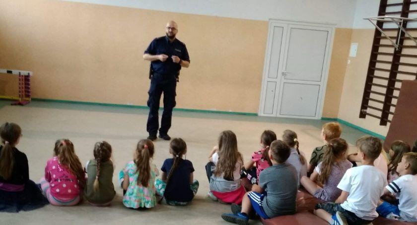 Policja - komunikaty i akcje, Policjanci promują bezpieczeństwo - zdjęcie, fotografia