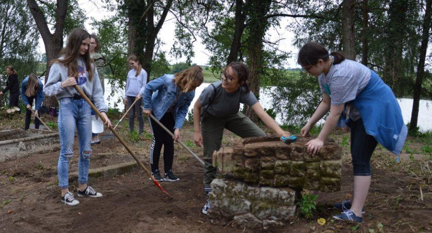 Edukacja, Uczniowie Zakrzewie uporządkowali cmentarz - zdjęcie, fotografia