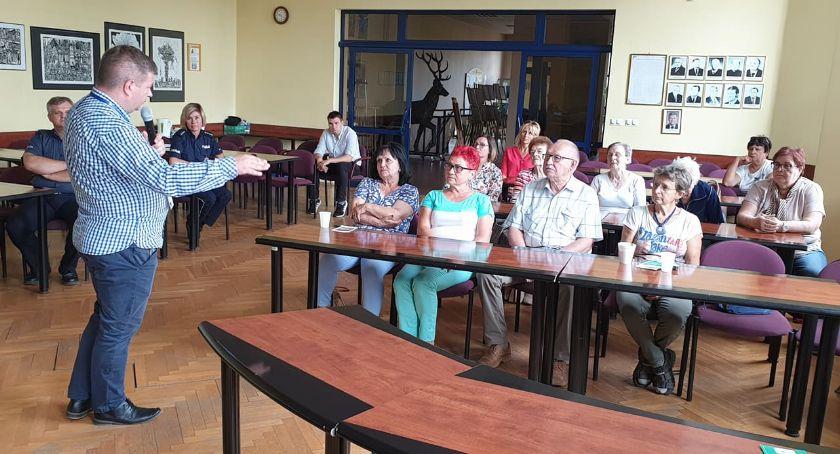 Policja - komunikaty i akcje, Seniorzy spotkali policjantami - zdjęcie, fotografia
