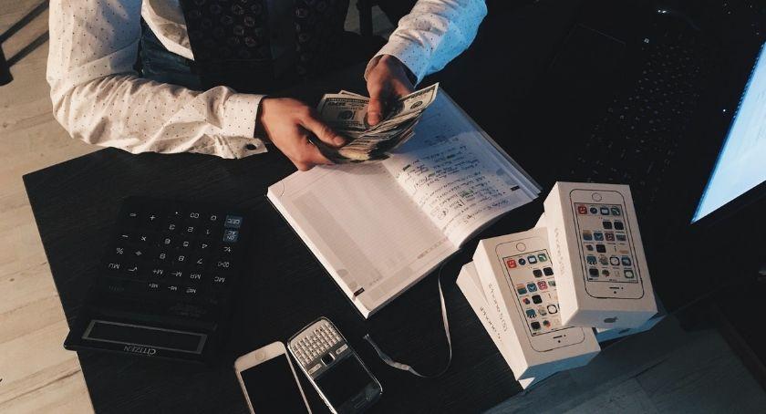 Biznes i praca, powody których warto prowadzić księgowość firmy własną rękę - zdjęcie, fotografia