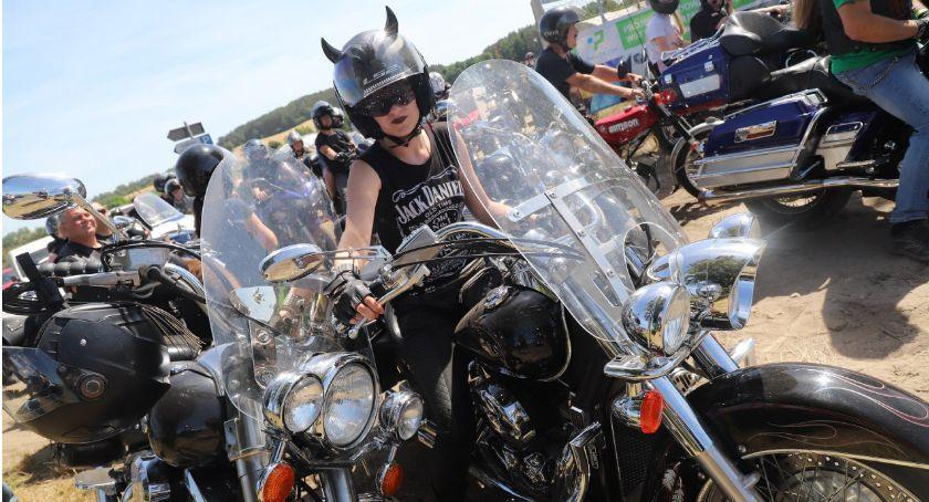 Motoryzacja, Parada motocykli podczas Płonące Party - zdjęcie, fotografia