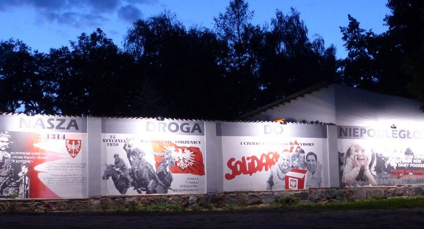 Inwestycje w powiecie, Łobżenickie murale oświetlone - zdjęcie, fotografia