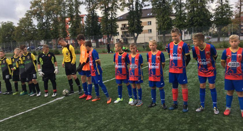 Piłka nożna, Młodzik wygrywa derbach Football Academy - zdjęcie, fotografia