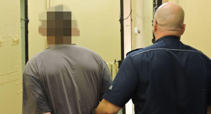 Kronika kryminalna, Napadł kobietę sklepie - zdjęcie, fotografia
