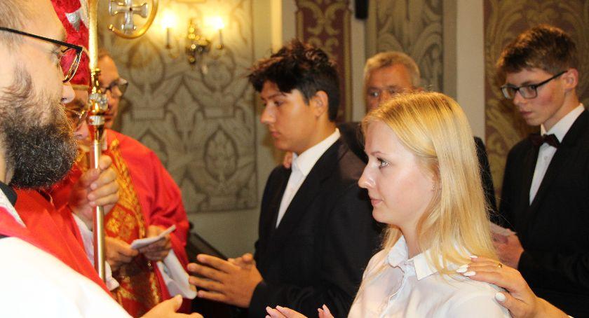 Kościół, Biskup Tyrawa udzielił bierzmowania - zdjęcie, fotografia