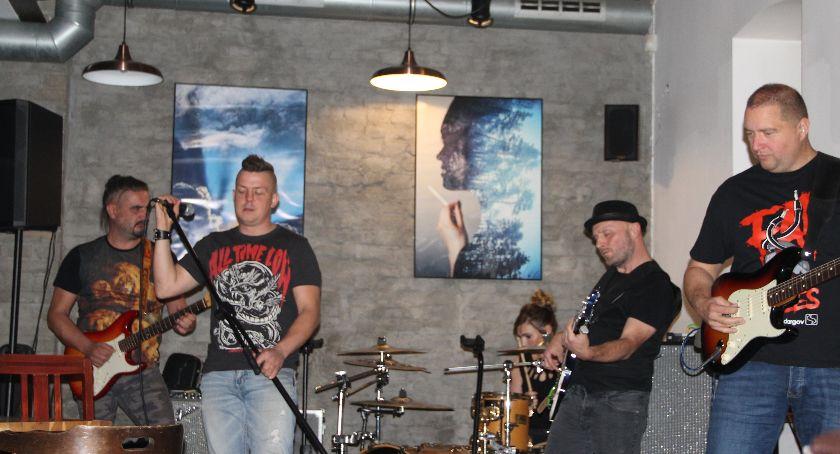 Koncerty muzyka, Nadmiar Magazynie Bistro - zdjęcie, fotografia