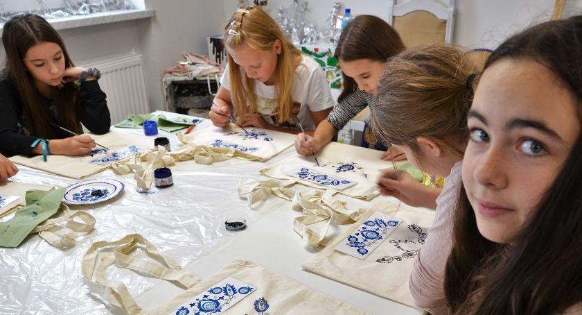 Edukacja, Wzory haftu krajeńskiego spotkań złotowskich szkołach - zdjęcie, fotografia