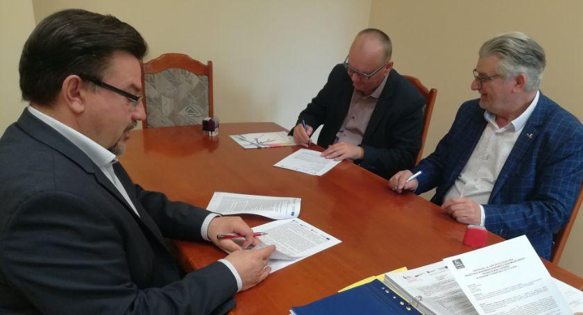 Inwestycje w powiecie, Burmistrz podpisał umowę - zdjęcie, fotografia