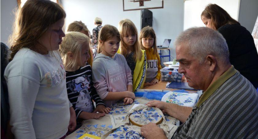 Ośrodki kulturalne, Wzory haftu krajeńskiego spotkanie złotowskiej szkole - zdjęcie, fotografia