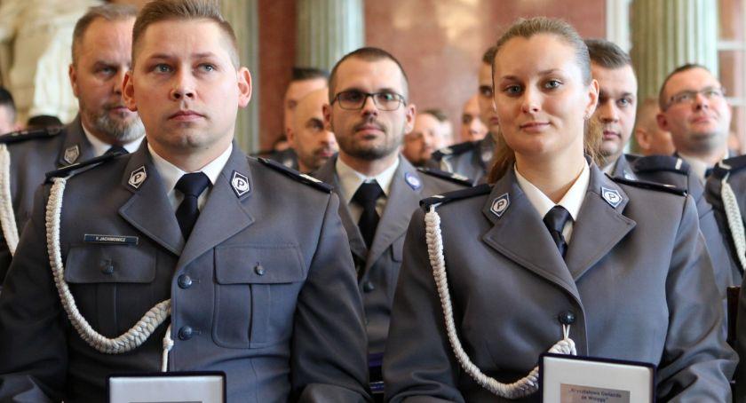 Policja - komunikaty i akcje, Kryształowe gwiazdy policjantów złotowskiej komendy - zdjęcie, fotografia