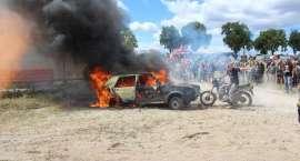 Pokaz gaszenia samochodu podczas XIX Zlotu Motocyklowego Płonące Party