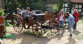Ekspozycja bryczek konnych w Zagrodzie Krajeńskiej