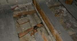 Ponad 100- letni karabin, 3 sztuki amunicji i 42 łuski pod podłogą