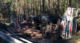 Przewrócona ciężarówka w lesie