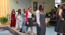 Moda na przestrzeni wieków - pokaz w Świętej