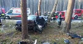 Wypadek samochodu osobowego. Kierowca w szpitalu