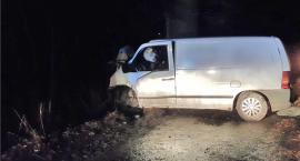 Pijany kierowca uderzył busem w drzewo