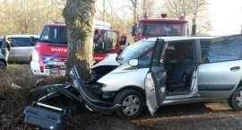 Wypadek! Osobówka uderzyła w drzewo