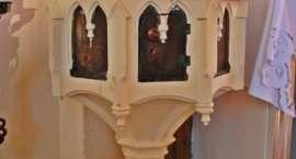 Krucyfiks, chrzcielnica i ambona