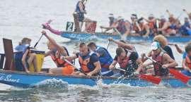 Wyścig smoczych łodzi na półwyspie Sielanka w Dźwiersznie Małym