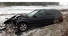 19 - latka uderzyła BMW w drzewo