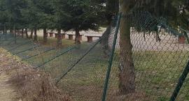 Zniszczyli 40 metrów ogrodzenia przy Szkoły Podstawowej w Krajence