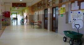 Na korytarzach pusto i w szkole cicho