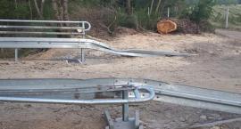 Zniszczone elementy balustrady nasypu w Blękwicie