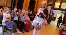 Pokaz mody na pilskim dworcu ze Złotowem w tle