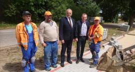 W Czernicach trwa budowa chodnika