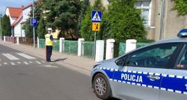 Policjanci sprawdzają i kontrolują okolice szkół i przedszkoli