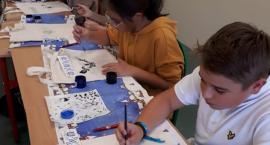 Warsztaty malowania wzorów haftu krajeńskiego w Jedynce