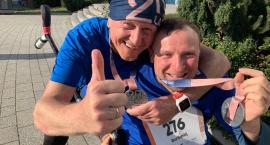 Bartek Kabattek i Zbigniew Wiśniewski pokonują poznański maraton