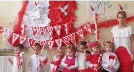 Pokaz mody patriotycznej w Przedszkolu w Świętej