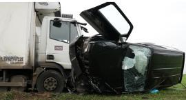 Wypadek na drodze wojewódzkiej nr 242. Kierowcy trafili do szpitala[WIDEO]