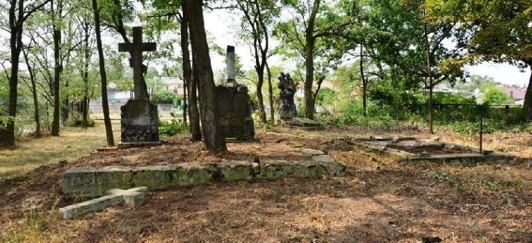 Publikacje, Dziesiątacy porządkowali najstarszy cmentarz Łowiczu - zdjęcie, fotografia