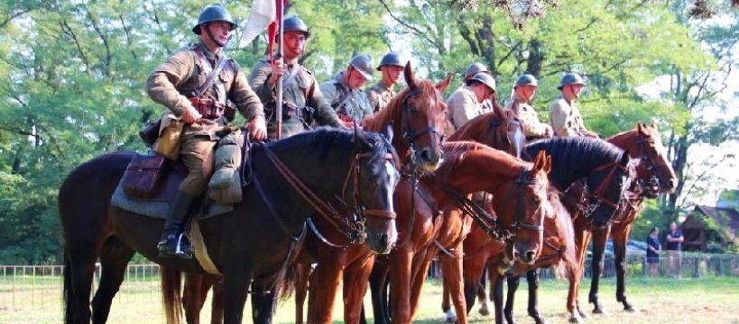Zawody jeździeckie, Pokaz musztry kawaleryjskiej puchary najlepszych jeźdźców - zdjęcie, fotografia
