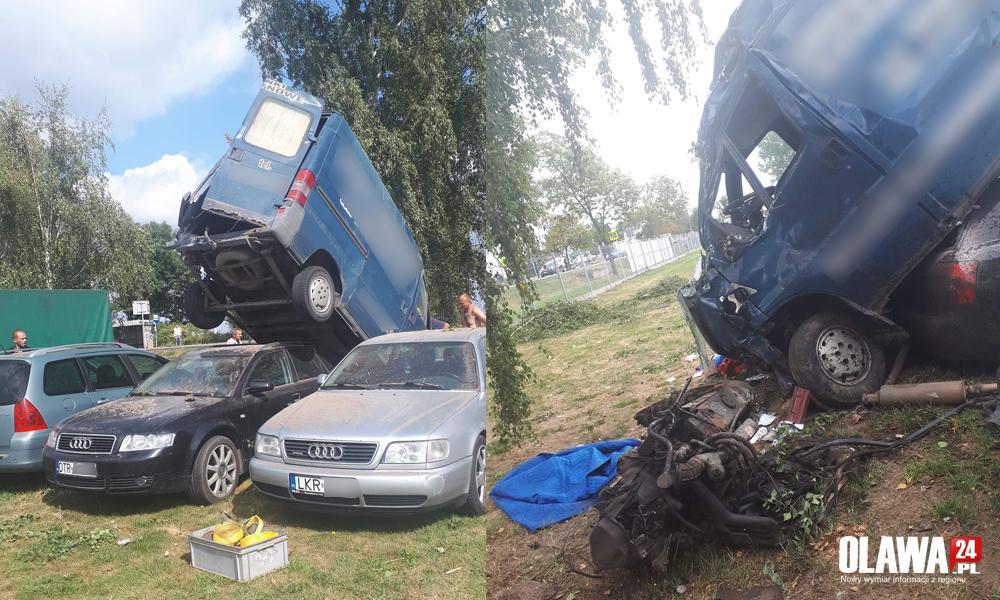 Wypadki drogowe, Stracił panowanie wpadł zaparkowane samochody - zdjęcie, fotografia