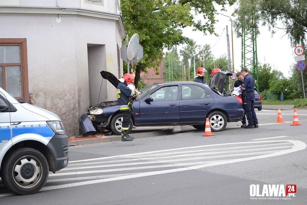 Wypadki drogowe, Uderzył kamienicę oddalił miejsca zdarzenia - zdjęcie, fotografia